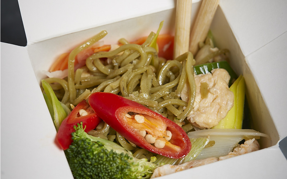 074. Green tea noodles with chicken, egg and vegetables