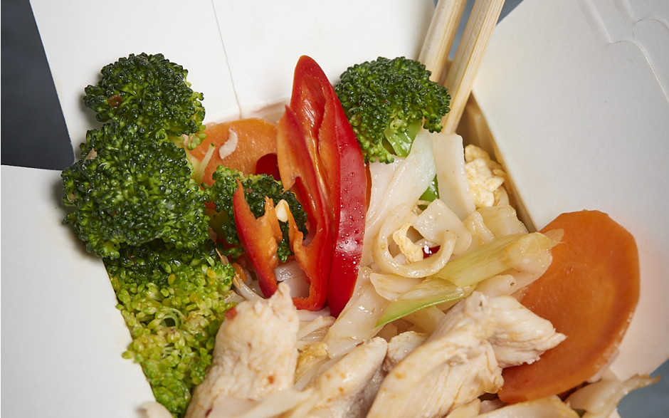 078. Fried rice noodles with chicken, egg and vegetables